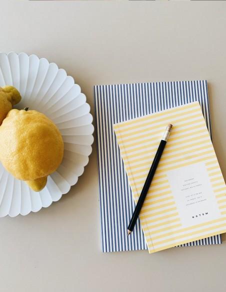 Quaderno notebook di Notem Studio collezione Vita dimensione small copertina a righe gialle vista still life