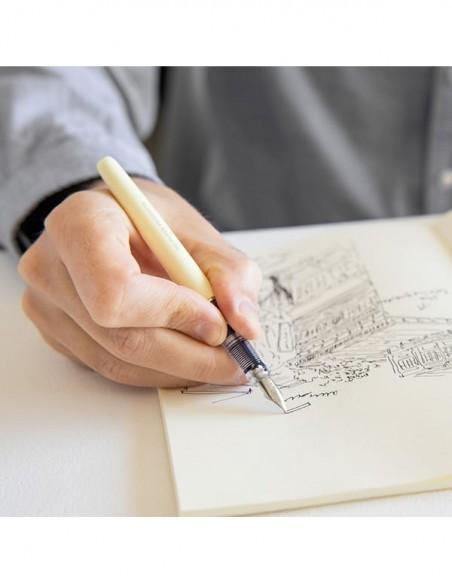Penna stilografica minimalista MD Paper color crema, in uso