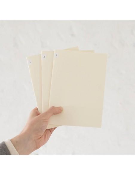 quaderni MD PAPER Notebook Light A 5 Gridded confezione da 3 pezzi vista in mano
